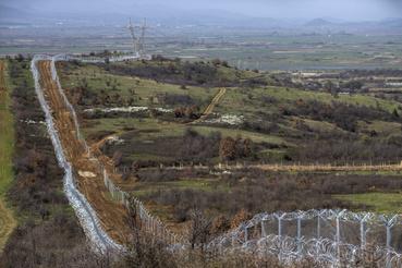 A dupla kerítés a görög-macedón határnál