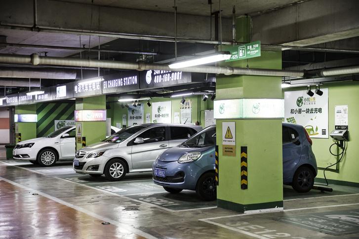 Elektromos autók egy pekingi parkoló töltőállomásán
