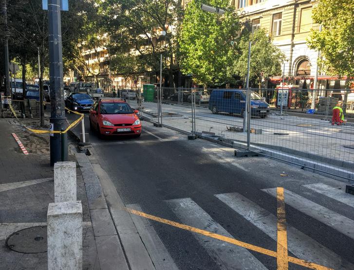 Jól látszik, hogy a peronok miatt az út leszűkül, ráadásul a járda sem itt a legszélesebb