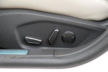 Egy Jaguarban sokkal gatyábban néznek ki ezek a gombok.