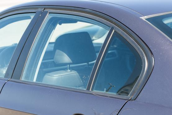 A kisebb ajtó mögött kényelmesebb hátsó ülés van