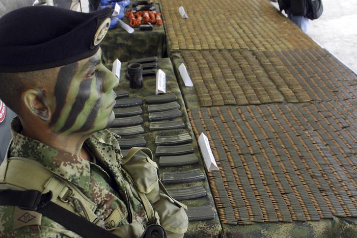 Kolumbiai katona a FARC-tól lefoglalt fegyverekkel, 2010-ben.