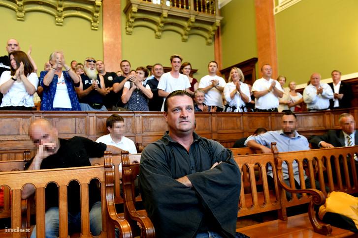 Állva tapsolták Budaházy Györgyöt a teremben az ítélethirdetés előtt.