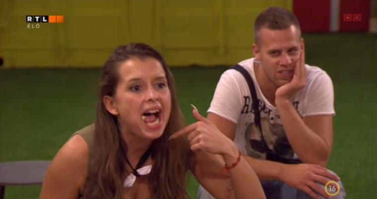 VV Dina épp összerágott ételmaradékkal a szájában próbálja magát a kelleténél hangosabban kifejezni