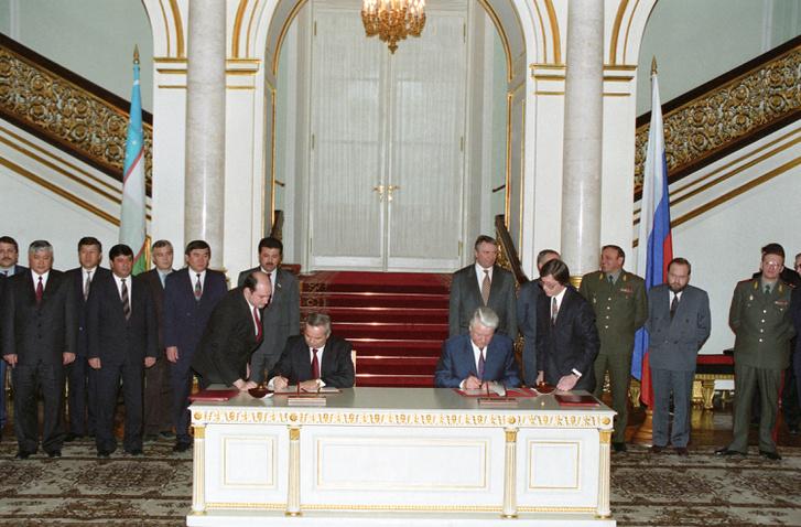 Iszlam Karimov és Borisz Jelcin írnak alá egy megállapodást 1994-ben