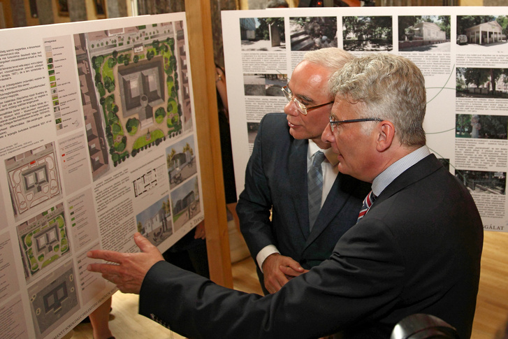 Balog Zoltán és Varga Benedek múzeumigazgató a megnyitón