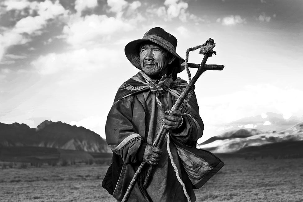 """""""A felhők szép menete, mint valami elbitangolt juhnyáj, lassan szállingózott a tenger felől, elszéledt a völgyben, a hegyek között.""""                         A képen látható Pablo Majhua, vagy ahogy az ismerősei hívják Pablucha, élete mind a 65 évét az Andokban töltötte. A Cuzkótól északra eső Urubamba született és ott is él, emiatt egyetlen nyelven beszél: kecsuán. Nem a nyelve az egyetlen közös az inkákkal, ápolja az indiánok szokásait."""