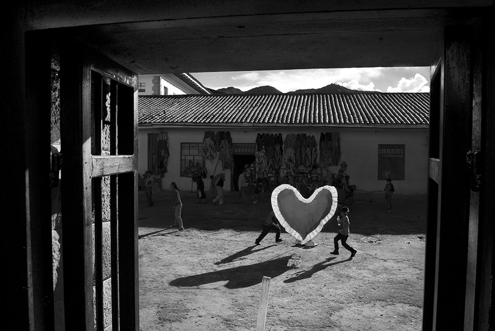"""""""Manuel keveset olvasott, csak egyetlen egyszer volt színházban (ahol mindenen az a legenda lebeg, hogy a szerelem a legszentebb dolog a világon), a perui csapszéknóták pedig, ellentétben a spanyol dalokkal, vajmi keveset beszéltek az eszményített Nő regényes imádatáról.""""                         Két fiú vízzel locsolja egymást Valentin-napon. A perui hagyományok és a keresztény ünnepek mellé a modern ünnepek és szokások is elférnek. A helyiek örömmel ünnepelnek meg bármit a karneváli szezon alatt."""