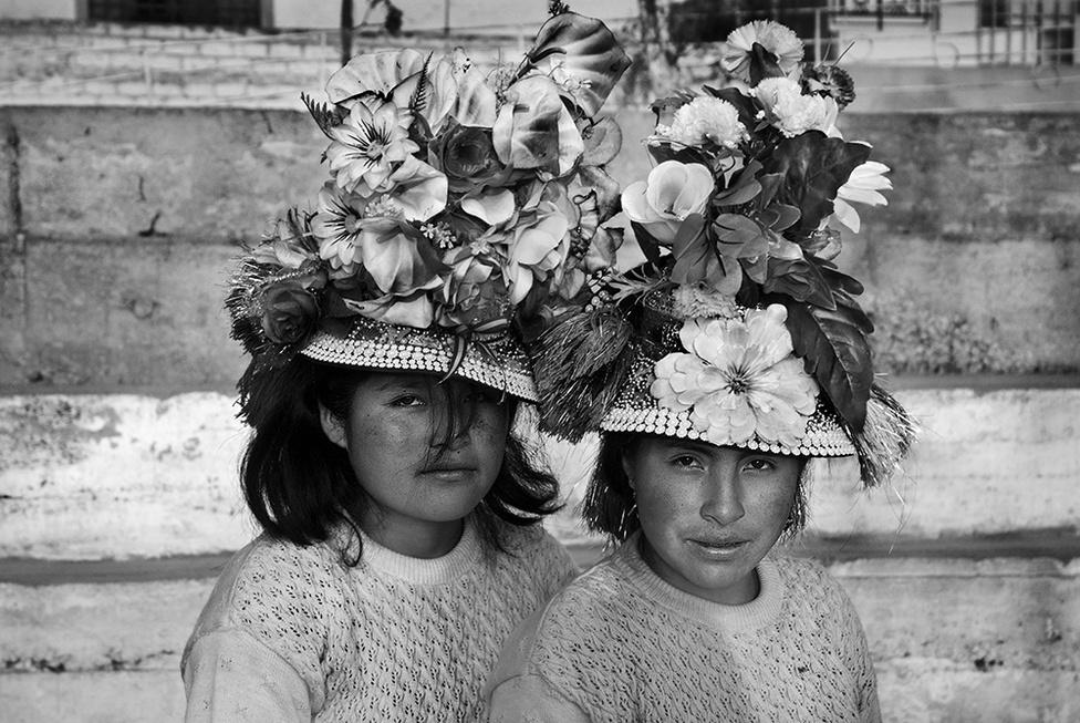 """""""Peruból, a határ menti államból, ötven év alatt virágzó állam vált. A zene, a színház nagyon érdekelte lakosait. Lima az ünnepnapokat azzal szentelte meg, hogy délelőtt Tomás Luis da Vittoria miséjét hallgatta végig, este pedig Calderon tündöklő költeményeit.""""                         Castellanos képe a limai Nemzetközi Utcaszínházi Fesztiválon készült, a két lány is az eseményre jött át a közúton 300-350 kilométerre fekvő Huancavelicából. A peruiak olyan lelkes színházrajongók még ma is, hogy a fesztiválon nehéz megkülönböztetni egymástól a jelmezes színészeket és a látogatókat."""