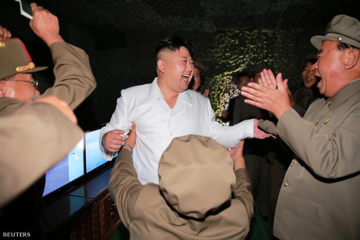 Kim Dzsongun ünnepelteti magát egy ballisztikus rakéta tesztelése után 2016. augusztusában
