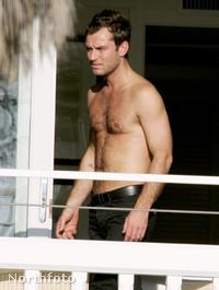 Jude Law félmeztelenül egy erkélyen 2005-ben