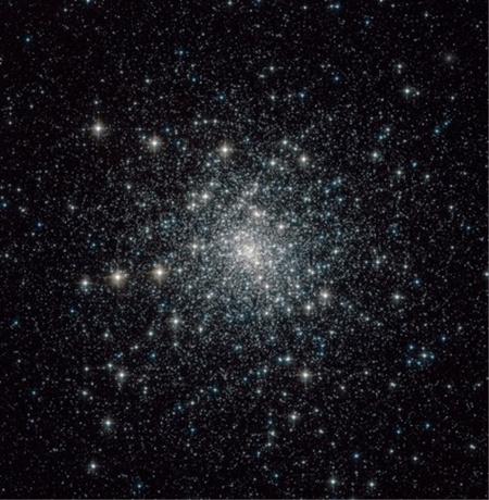 A 13 milliárd éve kialakult, 28 ezer fényév távolságra lévő M30 gömbhalmaz a Hubble-űrtávcső felvételénFotó: NASA/ESA
