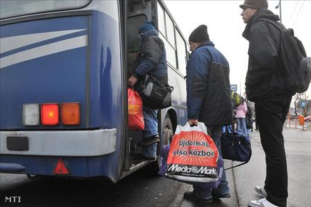 utasok szállnak fel a buszra