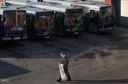 buszok állnak a buszgarázsban
