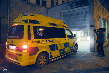 Megérkezik a Péterfy Sándor utcai Kórházba az a mentőautó, amely Erőss Zsolt hegymászót szállítja