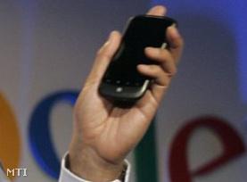 Erick Tseng, a Google vezető termékmenedzsere bemutatja a Nexus One-t