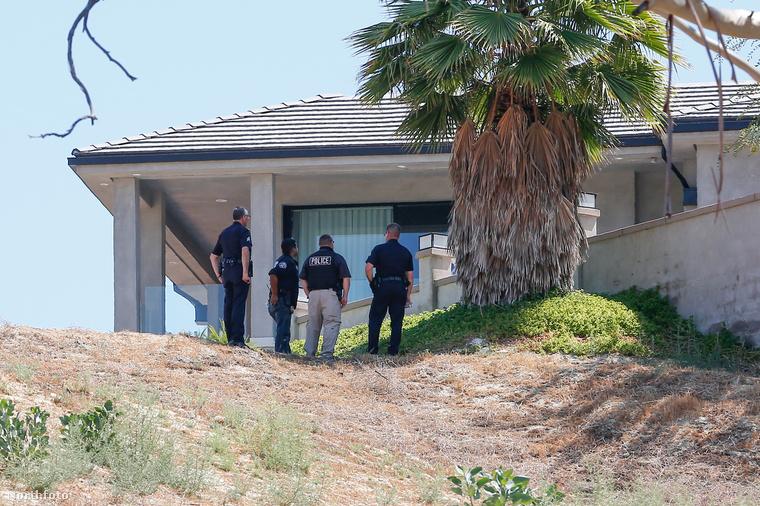 A rendőrök valamit nagyon néznek Chris Brown házán.