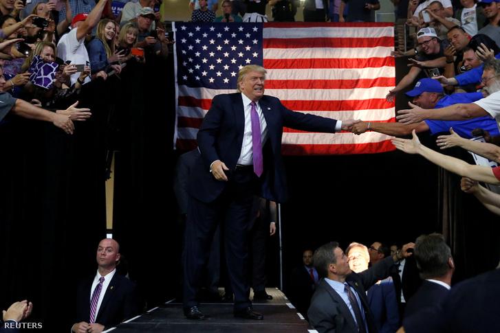 Trumpot szétszedik a rajongói egy washingtoni kampányállomáson