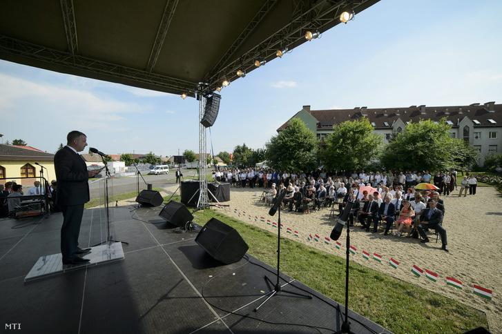 Horváth Richárd polgármester beszédet mond a nemzeti összetartozás napja alkalmából Elveszett kézszorítás... címmel tartott városi megemlékezésen Hatvanban 2015. június 4-én.