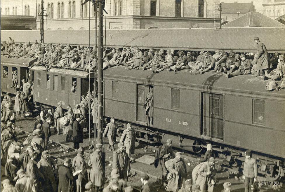 """Frontról hazaözönlő katonákkal teli vonat érkezik a Nyugatiba 1918. november elején. Látszólag néhány nap alatt omlottak össze a központi hatalmak '18 őszén. """"A kapukon szabadon jár be és ki az ezernyi ember: egy végeszakadatlan, mozgó és kígyózó lánc ez, amit nem állíthat meg senki"""" - írta Márai a pályaudvaron látottakról, élőben tudósítva a teljes felbomlásról: """"Százöt vagon tengerész érkezett haza Pesten keresztül az elmúlt napokban. Megszólítunk egyet. Elmondja, hogy ők már nem kapnak semmiféle zsoldot, de nem is kérnek. Egyszerűen nem tekintik magukat többé katonának."""""""