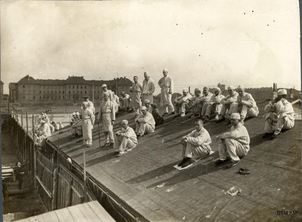 A Zita-kórház lábadozó katonái egy barakk tetejéről nézik a meccset. Azt is tudjuk, ki játszott ekkor, 1915 májusában: a Ferencváros a Törekvéssel, nyertek simán, 4-1-re a hazaiak. Ez nem számított hivatalos bajnoki meccsnek; a bajnokságot az MLSZ a háború kitörése után felfüggesztette, így csak amatőr összecsapások voltak.  A Fradi játékosainak zömét más csapatok labdarúgóihoz hasonlóan besorozták, többen soha nem tértek vissza a frontról.