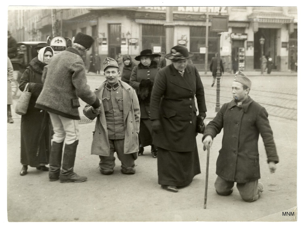 A láb elveszett, a lerongyolódott egyenruha megmaradt: hadirokkantak a pesti utcán. Müllner János több ezer, a háborús hátországot megörökítő képe nagyrészt átvészelte a háborút és a békét, ezek zömét a Budapest Történeti Múzeum Kiscelli Múzeuma őrzi. A képek száz év után egy kiállításon is megjelentek, és egy album is megjelent: Müllner János 1870-1925. A háborús Budapest fotóriportere - mi is ebből válogattunk.