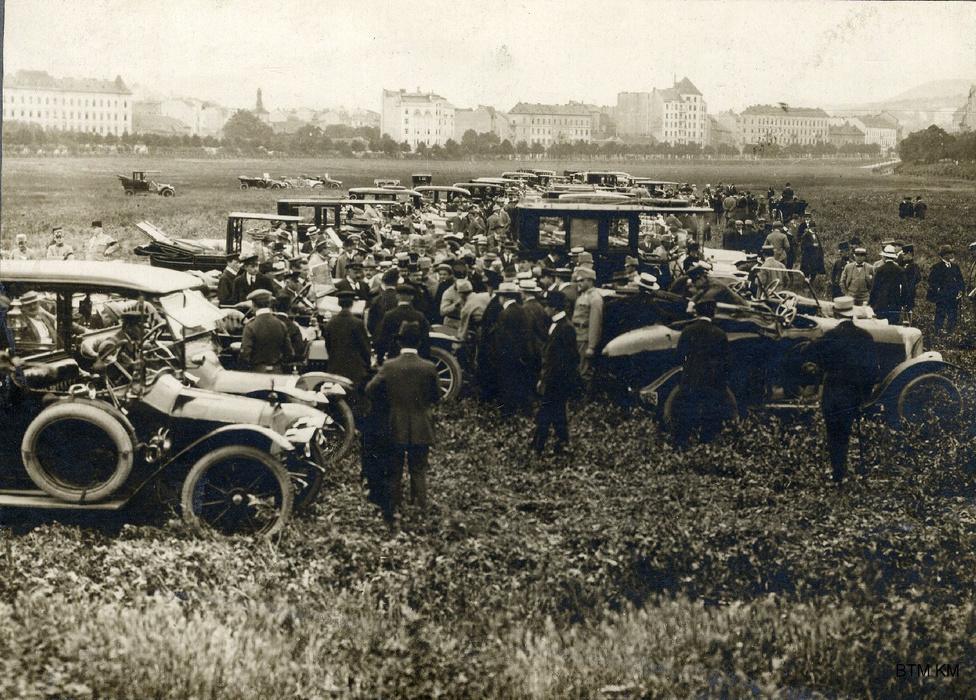 A hadköteles férfiakon kívül a lovakat, a személy- és a teherautókat is besorozták. Itt éppen a Vérmezőn (ami ekkor még valóban mező, funkciója szerint pedig katonai gyakorlótér volt) levezényelt gépjárműsorozást láthatjuk. Müllner János a háború alatt külön engedéllyel a katonaság által használt közterületeken is fényképezhetett.