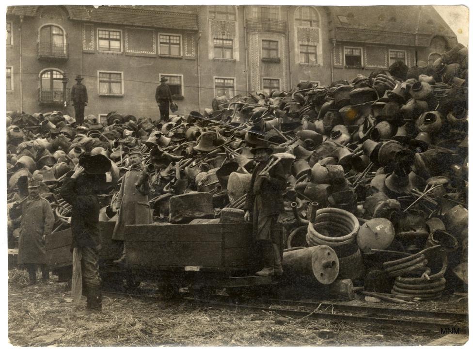 A hadseregnek szánt fémek gyűjtőhelye. Az irányított hadigazdaság állandó nyersanyagproblémákkal küzdött.  A fémbeváltó mellett gyapjú, pamut, kender és mindenféle egyéb begyűjtő központokat hoztak létre, és ahogy a helyzet súlyosbodott, már nem is fizettek annyira. 1916-tól megjelent az erőszakos rekvirálás is.