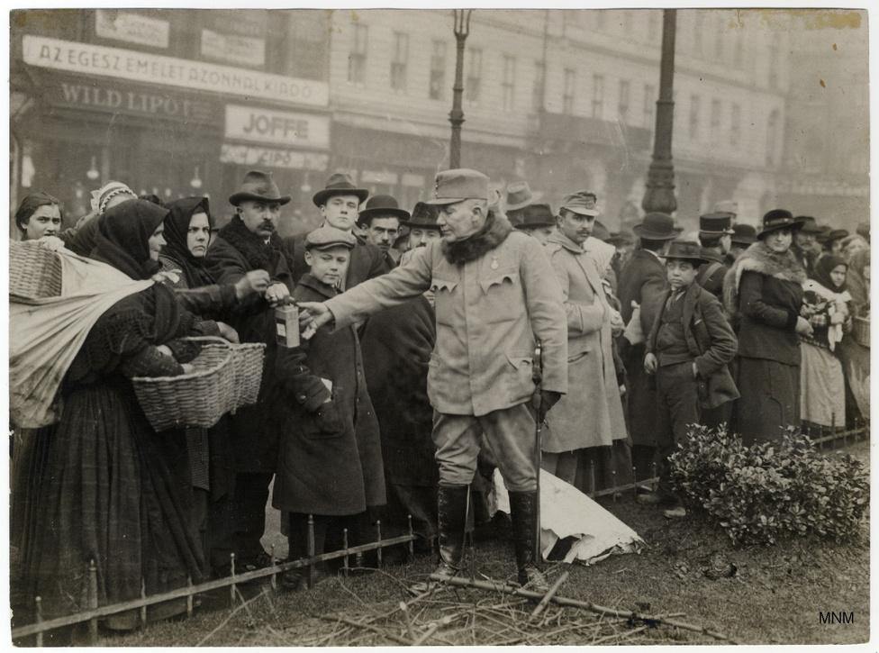 Gyűjtés a katonák karácsonyára a Rákóczi úton. 1915 decemberében kineveztek egy napot katonanappá, mozgósították a tanárokat, a papokat, még a tőzsdét is, a házmesterek sorszámozott gyűjtőíveken szedték össze az adományokat.