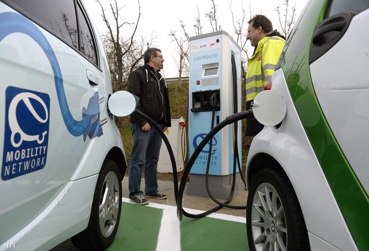 Elektromos autók a Liszt Ferenc Repülőtér töltőállomásánál
