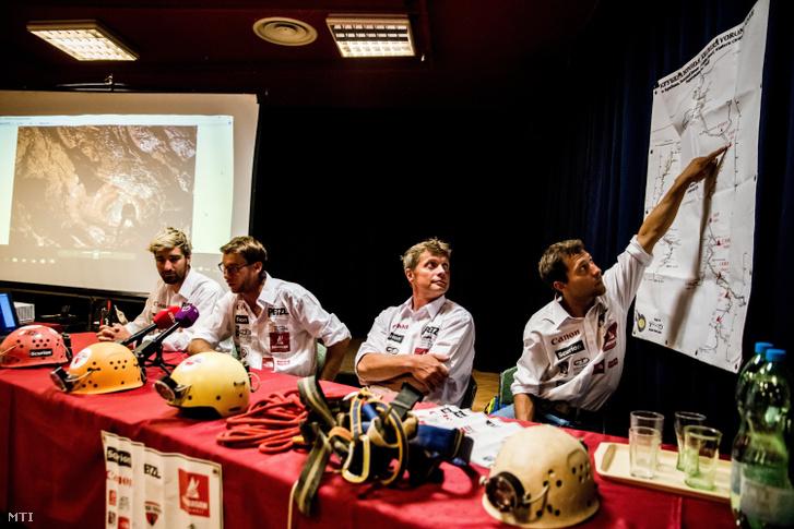 fj. Adamkó Péter, Ambrus Gergely, Tóth Attila és Jager Attila barlangászok a Krubera-Voronya-barlangból hazaérkezett Inverse Everest expedíció tagjai (b-j)