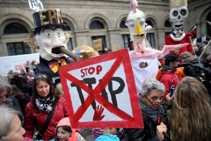 Az Európai Unió és az Egyesült Államok közötti tervezett szabadkereskedelmi megállapodás a Transzatlanti Kereskedelmi és Befektetési Partnerség (TTIP) ellen tüntetnek ezrek a hannoveri operaház előtt 2016. április 23-án.