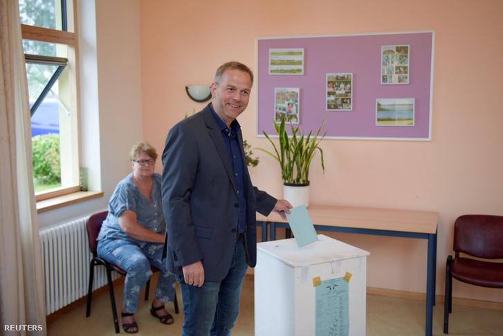 Leif-Erik Holm az AFD jelöltje adja le szavazatát