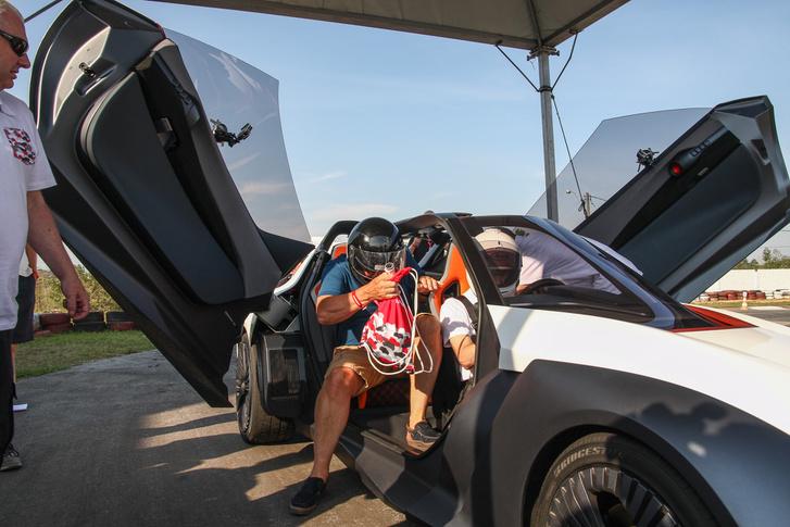 Szárnyas ajtók rükvercelő Lamborghini-stílusban