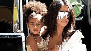 Kim Kardashian kislányának karján félmilliós táska fityeg