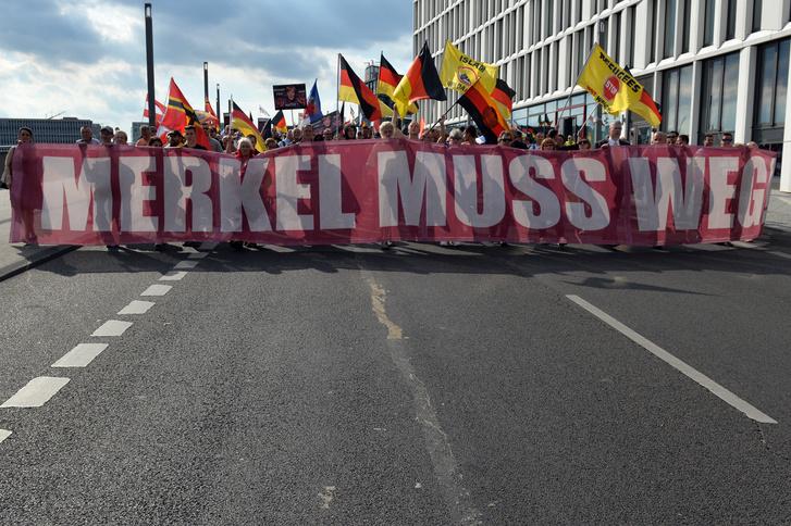 Német jobboldali tüntetés Merkel menekültpolitikája ellen Berlinben, 2016. július 30-án.