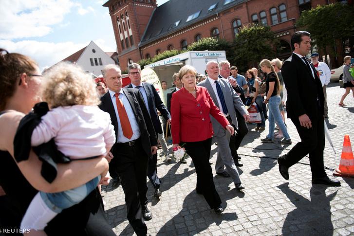 Merkel és Egbert Liskow, a CDU jelöltje a választások előtt a Mecklenburg-elő-Pomerániai választókörzetben.