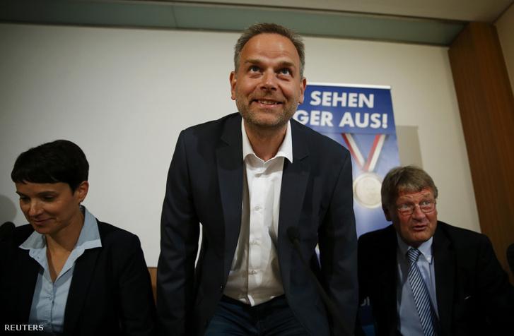 Leif-Erik Hol az AfD jelöltje a választások utáni berlini sajtótájékoztatón.