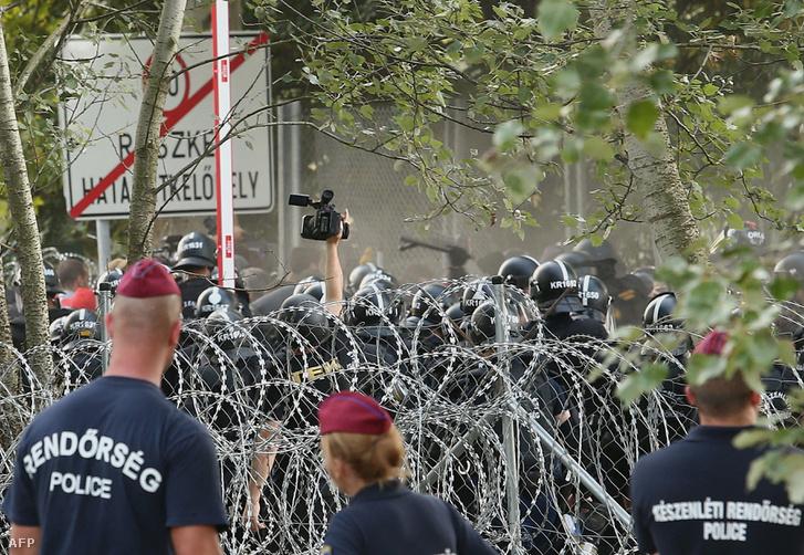 Egy rendőr kamerázza a röszkei összecsapást 2015. szeptember 16-án.