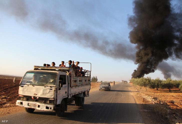 Szíriaiak menekülnek egy teherautón Hamából, augusztus 29-én.