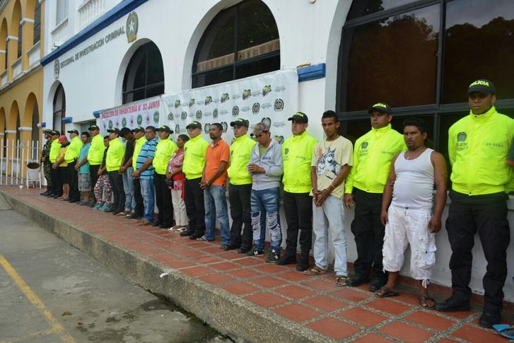 Rendőrök kíséretében a Clan del Golfo előállított tagjai