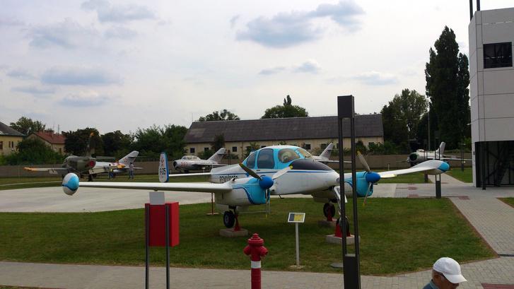 Valaha ilyen elegáns kis kétmotoros L-200-as Moravákkal is repkedtek a rendőrök. Szép vonalú és elegáns a kis cseh futárgép.