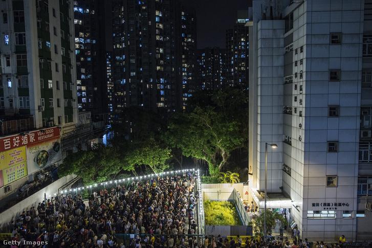 Választók várakoznak a voksuk leadására Hongkongban, 2016. szeptember 4-én.