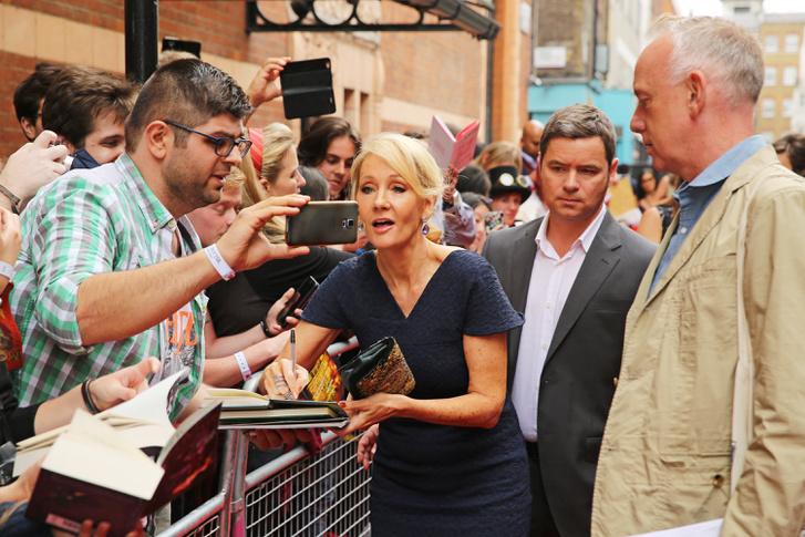 J. K. Rowling dedikálás közben