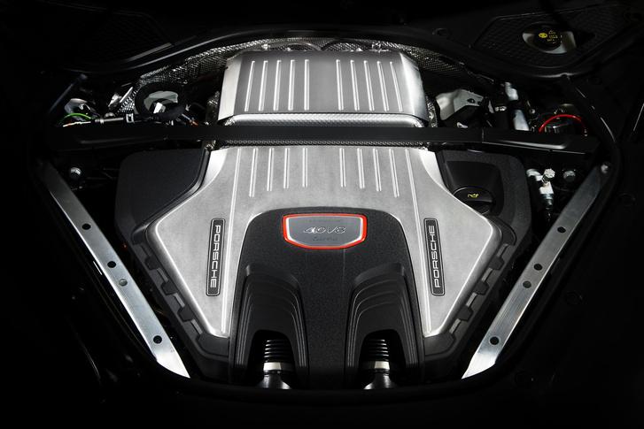 Nem sok látszik a V8-as, dupla turbós motorból