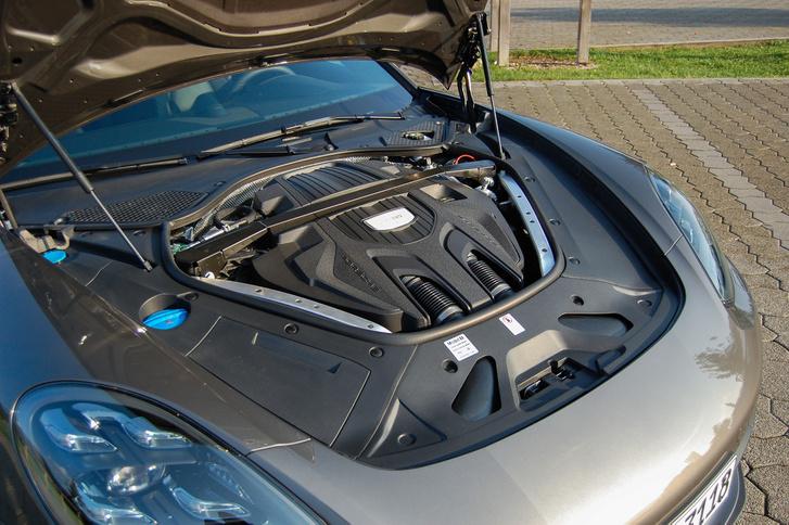 A kis 2.9-es benzines V6. Ezzel is arrébb lehet állni, nem lusta
