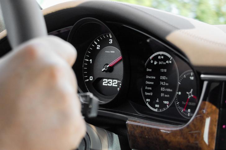 Jól látják: az átlagfogyasztás 8.5 liter/100 km, mellesleg a 8 fokozatú automata 6-ban 232-t megy 4200-on