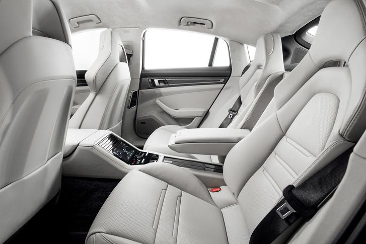 4 személyes az utastér, a hátsó ülések is teljes értékűek, állíthatók, fűtöttek, szellőztetettek
