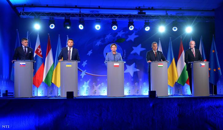 Robert Fico szlovák Volodimir Hrojszman ukrán Beata Szydlo lengyel Orbán Viktor magyar és Bohuslav Sobotka cseh kormányfõ (b-j) a 26. krynicai gazdasági fórum keretében rendezett V4-es miniszterelnöki csúcson tartott panelbeszélgetésen 2016. szeptember 6-án.