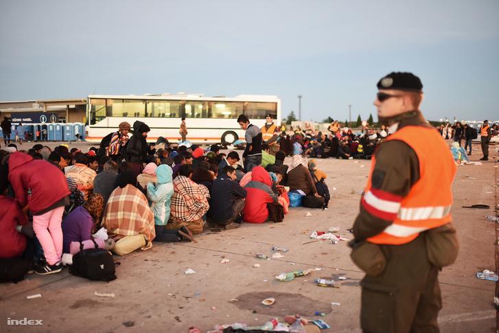 Menekültek várakoznak Hegyeshalomnál, 2015. őszén